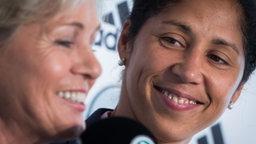 Ex-Bundestrainerin Silvia Neid mit ihrer  Nachfolgerin Steffi Jones (r.). © picture alliance / dpa Fotograf: Frank Rumpenhorst