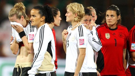 Frust bei den deutschen Fußballerinnen nach dem Aus im WM-Viertelfinale 2011 © picture-alliance/sampics