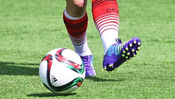 Symbolbild Fußball auf Kunstrasen © imago/Pressefoto Baumann