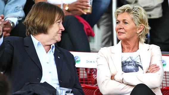 DFB-Vizepräsidentin Hannelore Ratzeburg (l.) und Bundestrainerin Silvia Neid © picture alliance / CITYPRESS 24
