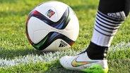 Der Spielball der FIFA-Frauenfußballweltmeisterschaft in Kanada © imago/Sven Simon