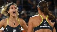 Kira Walkenhorst (r.) und Laura Ludwig jubeln im Finale gegen Brasilien © dpa - Bildfunk Foto: Sören stache