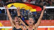 Kira Walkenhorst (r.) und Laura Ludwig jubeln nach ihrem sieg gegen Brasilien © dpa - Bildfunk Fotograf: Sebastian Kahnert