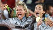 Die deutschen Beachvolleyballspielerinnen Laura Ludwig (l.) und Kira Walkenhorst mit ihren olympischen Goldmedaillen. © dpa bildfunk Fotograf: Mario Ruiz