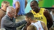 Ein Reporter interviewt bei den Olympischen Spielen Usain Bolt. © dpa picture alliance Fotograf: Mike Egerton