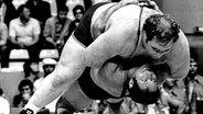 Der Deutche Ringer Wilfried Dietrich (unten) schultert den US-Amerikaner Chris Taylor bei den Spielen 1972. © picture-alliance / dpa