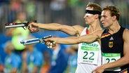 Der deutsche Fünfkämpfer Christian Zillekens (r.) bein Schießen © dpa - Bildfunk Foto: Tamas Kovacs