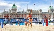 Beachvolleyballerinnen vor Horse Guards Parade in London © imago sportfotodienst