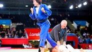Die deutsche Judoka Ramona Brussig (blauer Anzug) nach dem Gewinn der Goldmedaille © dpa - Bildfunk Fotograf: Tal Cohen