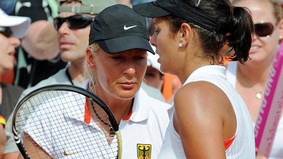 Tennisspielerin Julia Görges aus Bad Oldesloe (r.) und Barbara Rittner, deutsche Fed-Cup-Teamchefin © picture-alliance