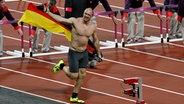 Robert Harting ist nach seinem Diskus-Olympiasieg außer Rand und Band. © Thomas Luerweg Fotograf: Thomas Luerweg