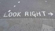 Markierungen am Straßenrand in London warnen Fußgänger vor dem Linksverkehr. © Sportschau.de/Frank Busemann Foto: Frank Busemann