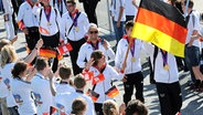 Natascha Keller mit einer Deutschland-Fahne © Witters Fotograf: Valeria Witters