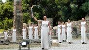 Im antiken Olympia wird 2012 die Flamme zum Fackellauf für die Spiele in London entzündet. © picture alliance / Photoshot Foto: picture alliance / Photoshot