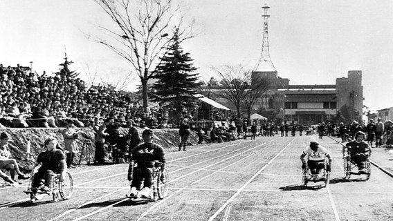 Die 17-jährige Carol Bryant (l.) gewinnt bei den Paralympics 1964 in Tokio die Goldmedaille im Rollstuhlrennen über 60 Meter. © imago/United Archives Foto: United Archives
