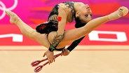 Die chinesische Turnerin Senyue Deng bei der Rhytmischen Sportgymnastik © picture alliance / dpa Fotograf: Sergei Ilnitsky