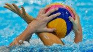 Kampf um den Wasserball © dpa - Bildfunk Foto: Kerim Okten
