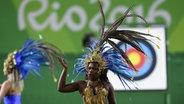 Eine Samba-Tänzerin vor der Medaillen-Zeremonie beim Bogenschießen © dpa - Bildfunk Fotograf: Lukas Coch