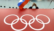 Olympische Ringe und russische Flagge © picture alliance / AP Photo Fotograf: David J. Phillip