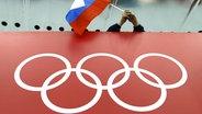 Olympische Ringe und russische Flagge © picture alliance / AP Photo Foto: David J. Phillip