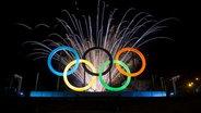 Feuerwerk vor den olympischen Ringen in Rio de Janeiro © picture alliance / AP Photo Fotograf: Felipe Dana