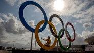 Die olympischen Ringe im Olympiapark von Rio © picture alliance / dpa Fotograf: Michael Kappeler