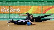 Deutschlands Goalballer Michael Feistle (l.) and Reno Tiede wehren einen Ball ab. © picture alliance / dpa Foto: Kay Nietfeld