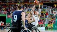 Die deutsche Rollstuhl-Basketballspielerin Mareike Miller (r.) holt zum Wurf aus. © DPA Picture Alliance Fotograf: Kay Nietfeld