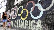 Die olympischen Ringe an einer Mauer in Rio de Janeiro © imago/Kyodo News