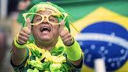 Daumen hoch: Ein brasilianischer Fan bei den Olympischen Spielen in Rio de Janeiro. © picture alliance / Sven Simon