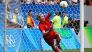 Deutschlands Almuth Schult hält einen Elfmeter. © DPA Picture Alliance Fotograf: firo Sportphoto/Mexsport