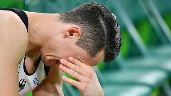 Der deutsche Turner Andreas Toba ist den Tränen nahe. © dpa - Bildfunk Foto: Lukas Schule